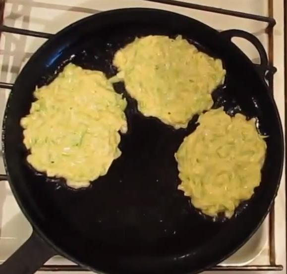 Вкусные кабачковые оладьи без яиц: ТОП-4 рецепта, секреты поваров