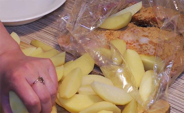 Картофель запеченный в пакете. Рецепт. Фото