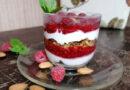 Простой слоеный десерт в стакане с ягодами – трайфл